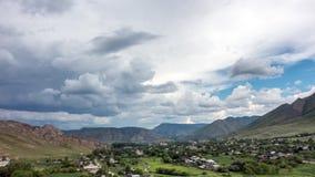 Timelapse wioska Asubulak, Kazachstan Piękne chmury nad wioską otaczającą górami zbiory wideo