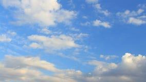 Timelapse witte, blauwe, grijze wolken Stock Afbeelding