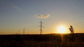 Timelapse woltażu elektryczności wysokie linie energetyczne przy zmierzchem nad piękny zbiory