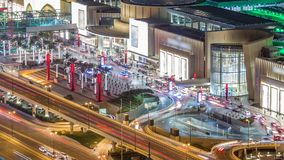Timelapse y tráfico por carretera céntricos de la noche de Dubai cerca de la entrada de la alameda, UAE metrajes
