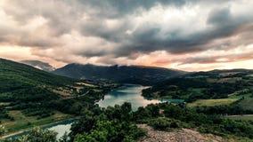 Timelapse złocisty zmierzch na halnym jeziorze Post chmury, dramatyczny niebo 4K zbiory wideo