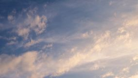 Timelapse z chmurami rusza się 4k, ruszający się chmury i niebieskie niebo czasu upływ zbiory wideo