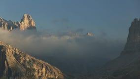 Timelapse z szybkim chodzeniem chmurnieje nad szczytami w dolomicie zdjęcie wideo