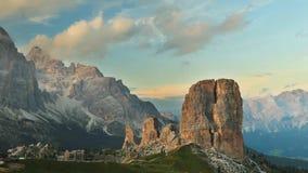 Timelapse zmierzch chmurnieje przy Cinque Torri, dolomity zbiory wideo