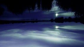 Timelapse zmierzch przez pięknych chmur na jeziorze Końcówka dzień w czasie Lotniczy przepływy zdjęcie wideo