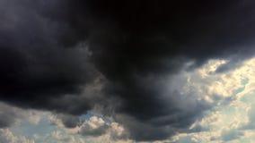 Timelapse, zmrok - niebieskie niebo, biega popielate grzmot chmury, podeszczowe chmury rzadcy promienie słońce robią ich sposobow zbiory