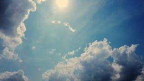 Timelapse, zmrok - niebieskie niebo, biega popielate grzmot chmury, podeszczowe chmury rzadcy promienie s?o?ce robi? ich sposobow zbiory