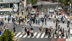 Timelapseantenne van menigte voetgangersoversteekplaats in Shibuya-kruising Tokyo stock footage