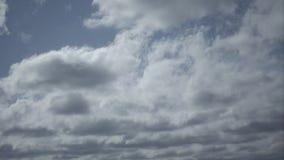Timelapsebeweging van wolken in de blauwe hemel stock video