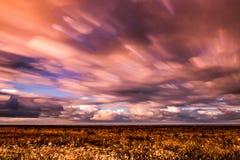 Timelapsebeweging van wolken over moerasland Stock Afbeelding