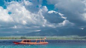 Timelapseboten die op het Azuurblauwe overzees op eiland het achtergrond van Lombok met hemel en wolken, Indonesië parkeren stock videobeelden