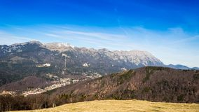 Timelapsed-Landschaft mit Bergspitzen und bewölktem Himmel stock video footage