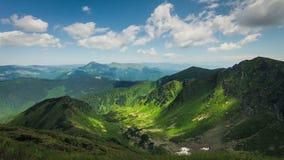 Timelapsed landskap med molnig himmel för bergmaxima Fotografering för Bildbyråer