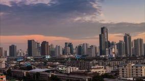 Timelapsedag aan de mening van de nachthoogte van de stad van Bangkok met de moderne bouw stock footage