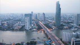 Timelapsedag aan de mening van de nachthoogte van de stad van Bangkok met de moderne bouw bij avond tot zonsondergang stock video