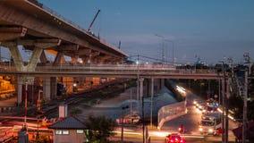 Timelapsedag aan nacht bij uitdrukkelijke manierbouwwerf met verkeer op weg stock videobeelden