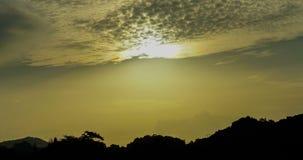 Timelapsehemel met het runnen van wolken in zonsopgang over de heuvels en de bomen stock video