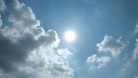 Timelapseklem die van Duidelijke Blauwe Hemel met Witte Wolken en Zonlicht door in Volledige HD-resolutie glanzen stock videobeelden