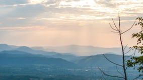 Timelapselicht van zonsondergang met bergenachtergrond stock video