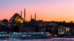 Timelapsemening van cityscape van Istanboel met Suleymaniye-moskee met toeristenschepen die in Bosphorus bij nacht drijven stock video