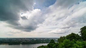 Timelapsemening van rollende wolken op blauwe hemel stock videobeelden