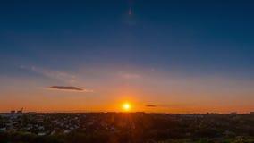 Timelapsen av en solnedgång i Dnepropetrovsk, Ukraina arkivfilmer