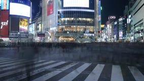 Timelapsepaar die zich in Shibuya verenigen die, Tokyo, Japan kruisen stock video