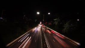 Timelapsesao Paulo-Brazilië/verkeer op wegweg met vage auto's lichte slepen stock videobeelden