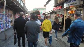 Timelapsevideo van Besiktas-district met zwaar voetverkeer, Istanboel, Turkije stock videobeelden