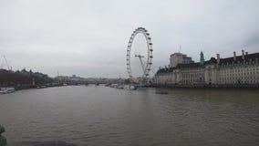 Timelapsevideo van boten en de Rivier van Theems in Centraal Londen bij London Eye-Pijler stock video