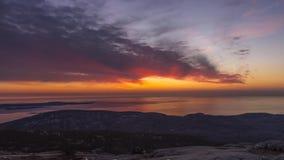 Timelapsevideo van een zonsopgang van een bergtop stock videobeelden
