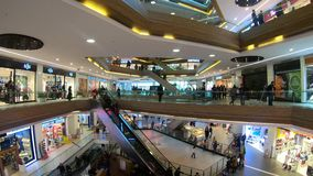Timelapsevideo van mensen die bij Aswinkelcomplex winkelen in Kagithane, Istanboel, Turkije stock video
