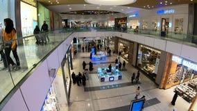 Timelapsevideo van mensen die binnen Doha-het winkelcomplex van de Festivalstad, Doha, Qatar winkelen stock video