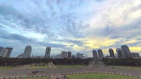Timelapsevideo van overgang van gouden uur naar blauw uur in grote stad stock videobeelden