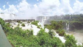 Timelapsevideo van toeristen op de voetgangersbrug boven de rivier op Cataratas do Iguaçu stock videobeelden