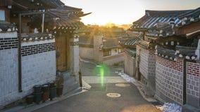Timelapsevideo van Zonsopgang bij het Dorp van Bukchon Hanok in de stad van Seoel, Zuid-Korea, Tijdtijdspanne 4K stock videobeelden