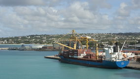 Timelapsevrachtschip in Barbados wordt geladen dat stock video