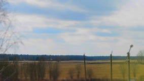 Timelapsewolken die zich over het gebied bewegen De lengte van het de lentelandschap stock videobeelden
