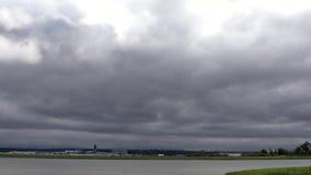 Timelapsewolken Fraser River en YVR 4K UHD stock videobeelden