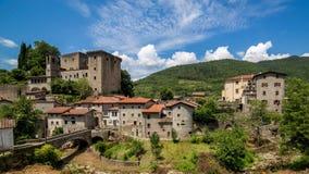 Timelapsewolken op middeleeuws dorp en kasteel in Toscanië Italië stock videobeelden