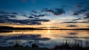 Timelapsezonsondergang bij mooi meer in Zweden stock footage
