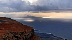 Timelapsezonsondergang en wolken op de Atlantische Oceaan, Lanzarote, 4k-lengtevideo stock video
