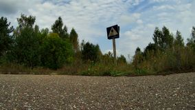 Timelapsvideo met het runnen van wolken en de oude verkeersteken in de de uitsluitingsstreek van Tchernobyl stock video