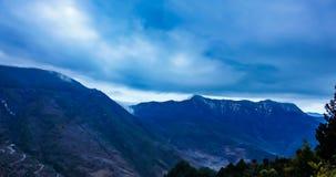Timelaspe сняло водопада облака в западном Сычуань, Сычуань, Китае сток-видео