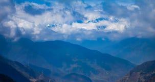 Timelaspe sk?t av molnvattenfallet i v?stra Sichuan, Sichuan, Kina arkivfilmer