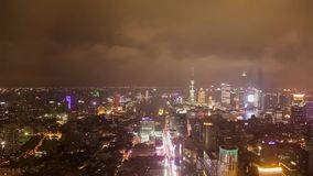 Timelaspe tir? del distrito de Pudong de la ciudad de Shangai en la noche almacen de video
