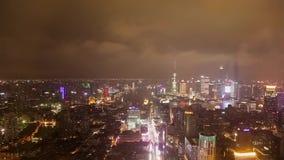 Timelaspe van het pudongdistrict van de stad van Shanghai bij nacht wordt geschoten die stock video