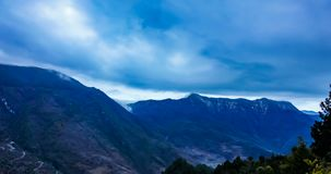 Timelaspe van Wolkenwaterval wordt geschoten in Westelijk Sichuan, Sichuan, China dat stock video