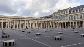 Timeplapse de colunas de Buren no Palais Royal - Paris, França video estoque