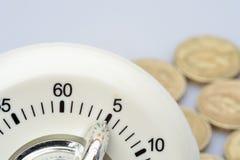 Timer mit Pfundmünzen Lizenzfreie Stockfotografie